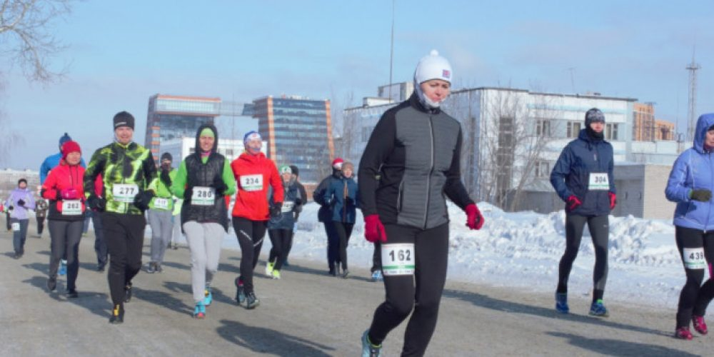 Six hundred people ran 21 kilometers through the streets of Akademgorodok at -17